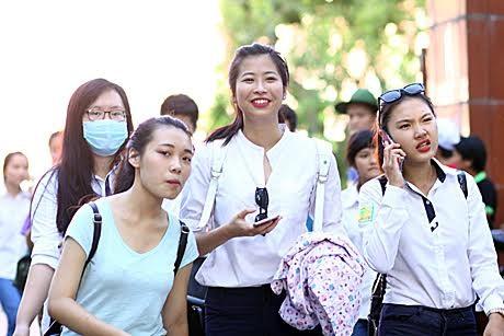 Thí sinh kết thúc buổi thivăn tại điểm thi ĐH Bách khoa. (ảnh: Mai Châm)
