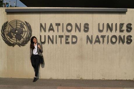Quỳnh Nga tại tòa nhà Liên Hợp Quốc (Geneve, Thụy Sĩ)