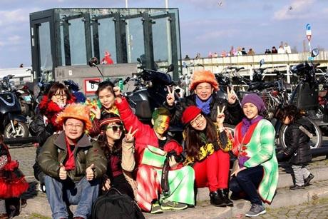 Nga cùng bạn bè vui chơi tại lễ hội Carnival thành phố Maastricht