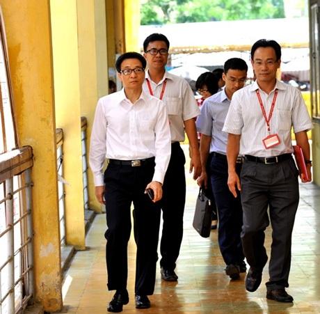 Phó Thủ tướng Vũ Đức Đam thị sát các phòng thi tại Trường ĐHBK Hà Nội