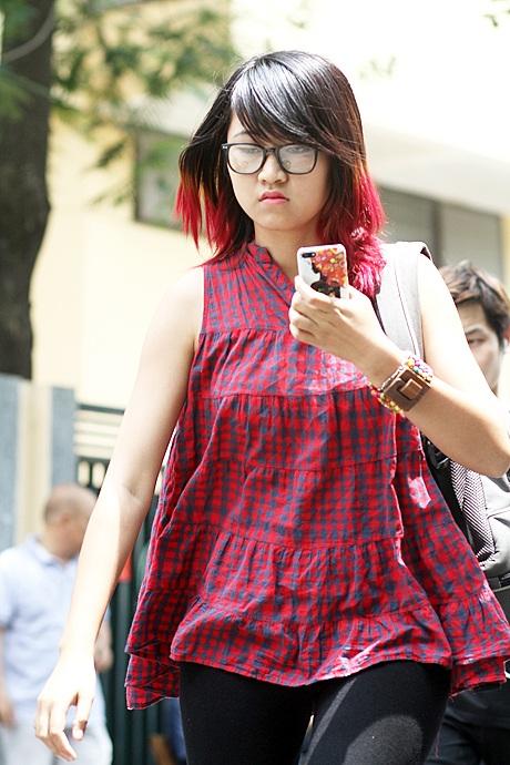 Thí sinh nữ với mái tóc ombre đỏ và trang phục cùng tông cá tính