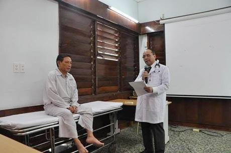 Sinh viên Tân Tạo đang thực tập hỏi bệnh tại giường bệnh