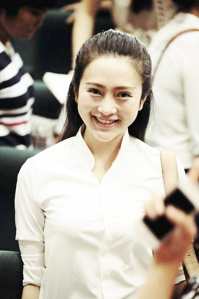 Trong buổi thi kiến thức chung, Như Lê diện trang phục áo trắng giản dị.