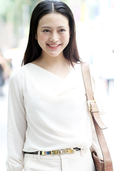 Nước da trắng sứ, mái tóc đen buông dài, nụ cười tỏa nắng.