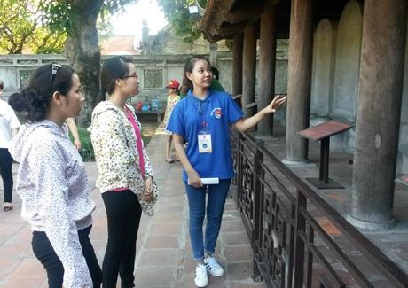 Tình nguyện viên của hỗ trợ nghiệp vụ du lịch tại Văn Miếu - Quốc Tử Giám.