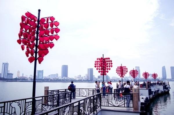 Cầu Tình yêu với khung cảnh lãng mạn bên bờ sông Hàn