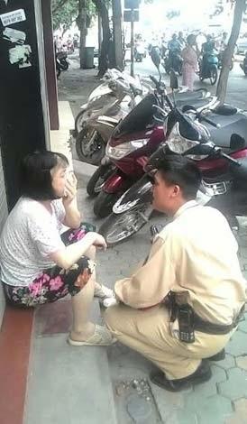 Một   số hình ảnh CSGT giúp đỡ cụ già lạc đường, bị thương tìm người thân.
