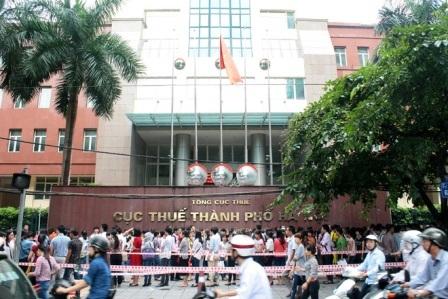Thí sinh xếp hàng nộp hồ sơ dự thi tuyển công chức vào Cục thuế Hà Nội năm 2014. Ảnh: vnexpress.net