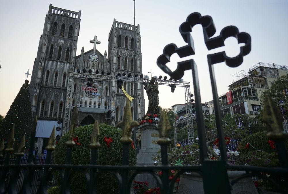 Tại Nhà thờ Lớn Hà Nội, một sân khấu ngoài trời lớn được dựng lên ở sân chính, dòng chữ Noel 2016 cũng đã được treo xong.