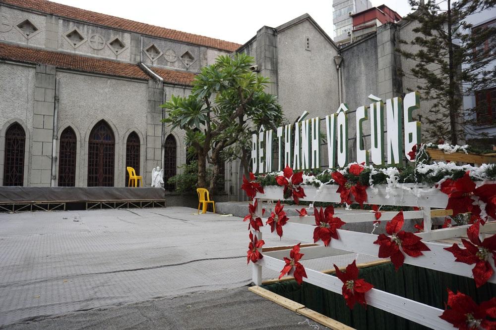 Một sân khấu lớn cũng đã hoàn thành trong khuôn viên nhà thờ Hàm Long.