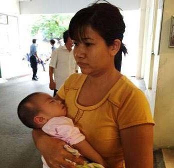 Người mẹ trẻ thất thần, cầu mong có phép màu để cứu lấy con mình