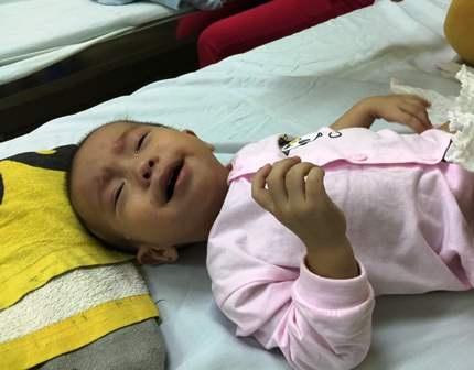 Mới 11 tháng tuổi, nhưng bé Anh Minh đang chịu vô vàn nỗi đau vì căn bệnh tim