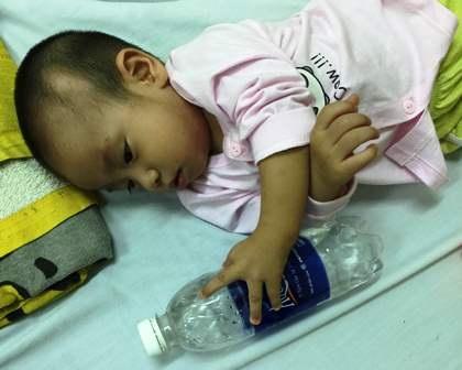 Bố mẹ không có tiền lo phẫu thuật cho con, sự sống của bé Minh đang bị đe dọa