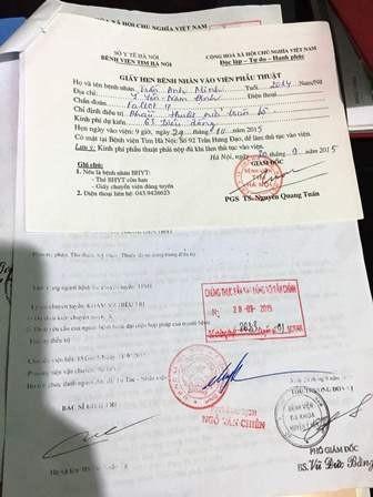 Đã có giấy hẹn phẫu thuật, nhưng cả tuần đi vay mượn vợ chồng chị Hòa vẫn chỉ mượn được vài triệu để lo nhập viện cho con