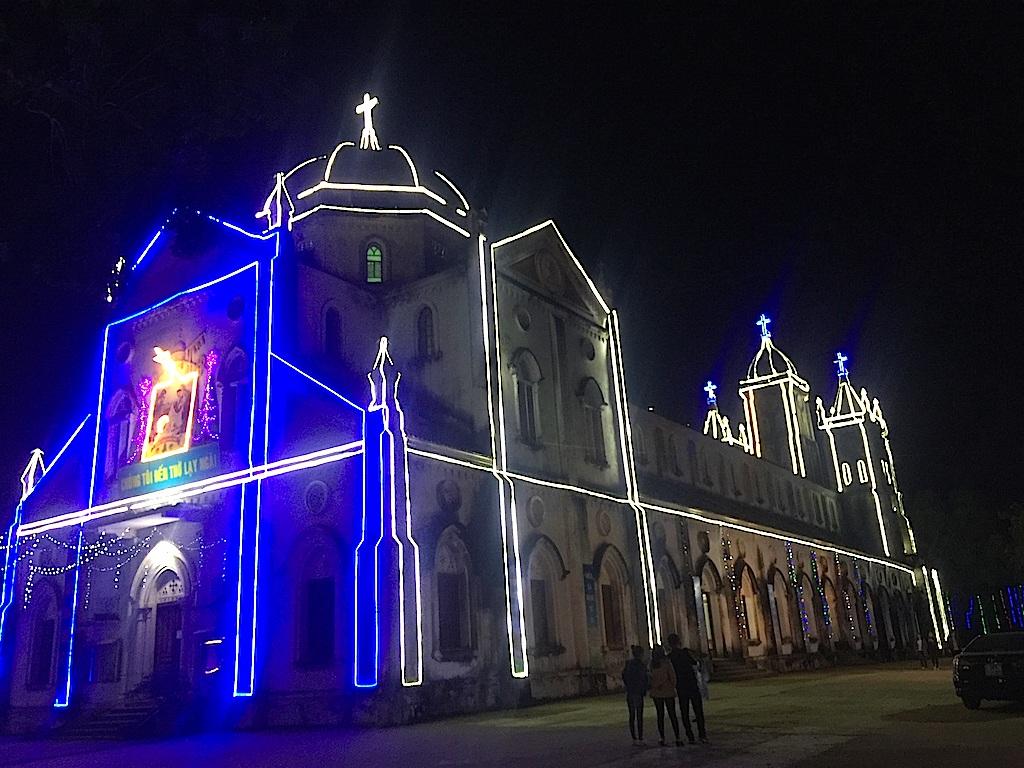 Nhà thờ chính toà trung tâm Giáo phận Vinh lung linh sắc màu NOEL.