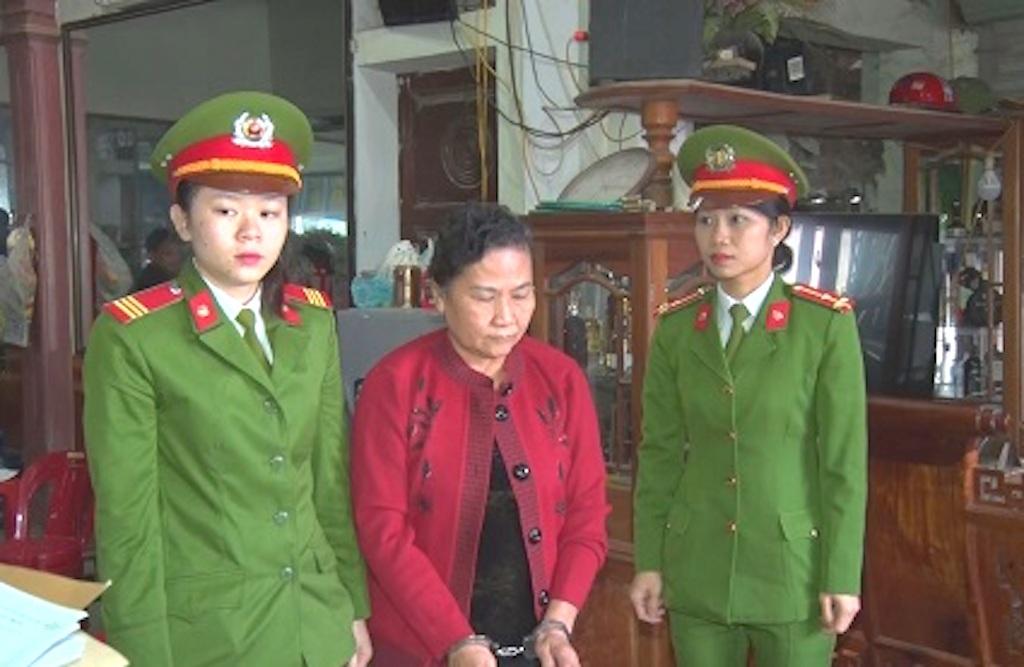 Bà Thảo bị cảnh sát tiến hành bắt giữ (Ảnh: đài Con Cuông)