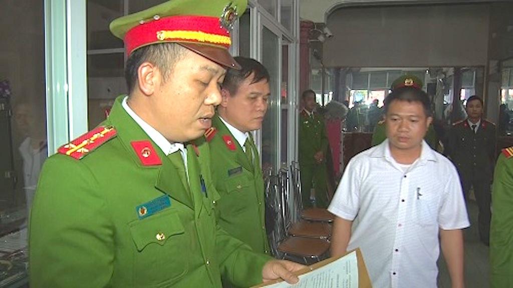 Công an huyện Con Cuông đọc lệnh bắt đại gia phố núi (Ảnh: đài Con Cuông)