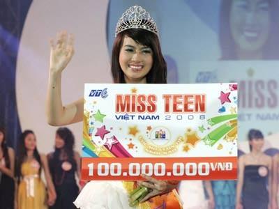 Huyền Trang khi đăng quang Miss Teen 2008.
