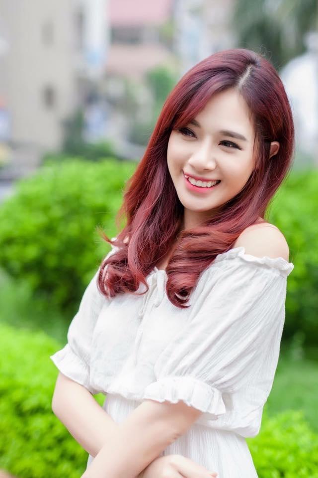 """Xét về độ đình đám thì Hà Min có lẽ có phần """"kém cạnh"""" hơn so với các cái tên kể trên. Tuy nhiên, cô lại được yêu mến bởi sự nghiêm túc và chăm chỉ, hết mình trong công việc. Thêm vào đó, đôi chân dài miên man giúp cô nàng có thêm nhiều cơ hội tấn công showbiz hơn các hot girl khác vốn chỉ sở hữu gương mặt xinh đẹp."""