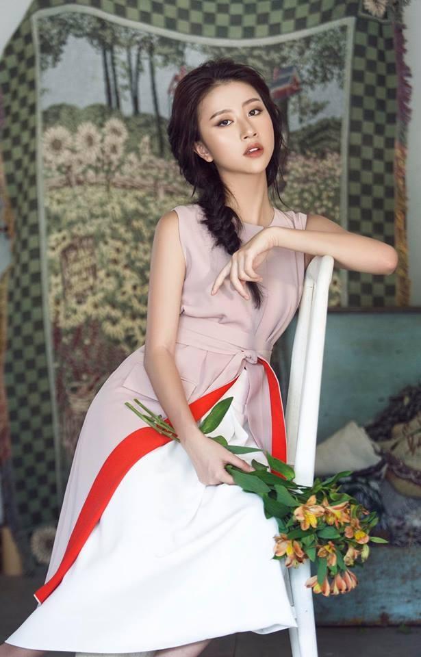 """Cũng là 1 hot girl đình đám của Hà Nội nhưng Quỳnh Anh Shyn được xem là lứa hot girl """"đàn em"""" của Chi Pu. Nếu 2 """"mẩu"""" kia của """"Bộ ba sát thủ"""" đình đám ngày nào là Mẫn Tiên và An Japan đều đang bận rộn với những công việc riêng thì Quỳnh Anh Shyn là cái tên duy nhất giữ được mật độ phủ sóng dày đặc cho tới thời điểm hiện tại. Tài khoản Instagram của Quỳnh Anh Shyn hiện đang có 1,2 triệu lượt người theo dõi."""