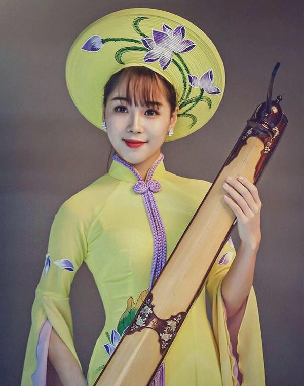 Thuỳ Linh vô cùng xinh đẹp khi mặc áo dài và ôm trong tay cây đàn truyền thống
