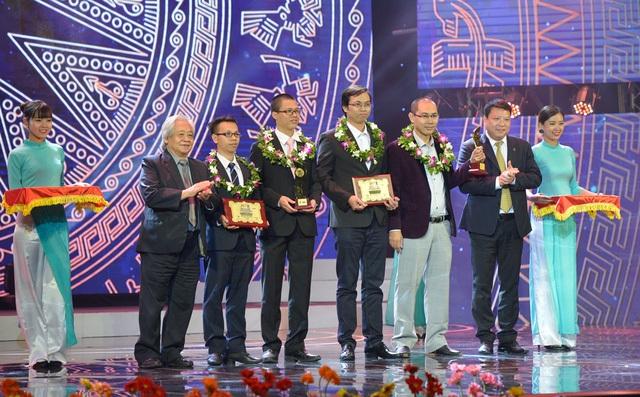 """Hai đại diện của nhóm tác giả """"Giải pháp toàn diện cho camera giám sát"""" cùng với nhóm đồng Giải Ba lĩnh vực CNTT nhận giải thưởng Nhân tài Đất Việt 2016."""