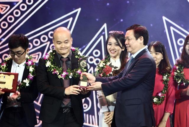 Nhóm tác giả của Monkey Junior (trái) nhận giải Nhất lĩnh vực Công nghệ thông tin tại lễ trao giải Nhân tài Đất Việt 2016.