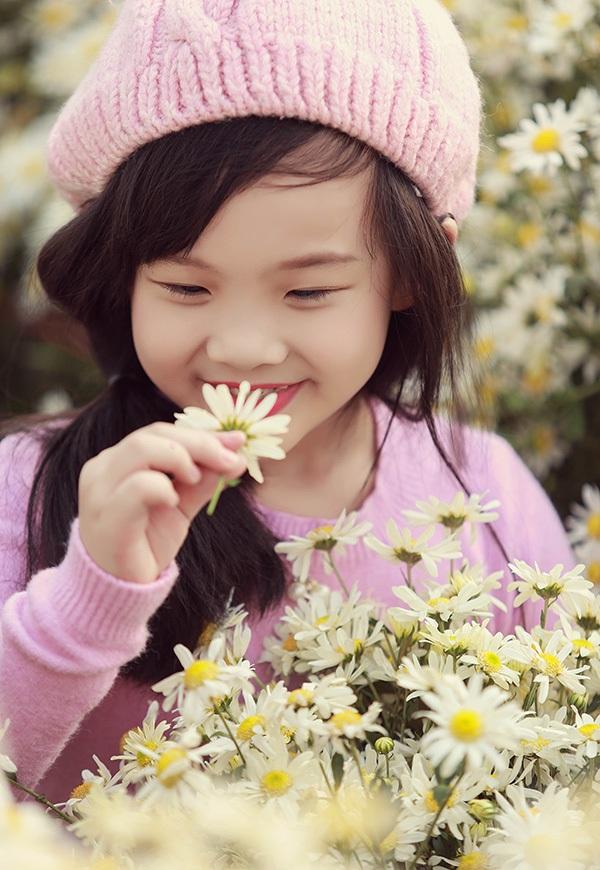 Bé gái Hải Phòng xinh xắn bên hoa.