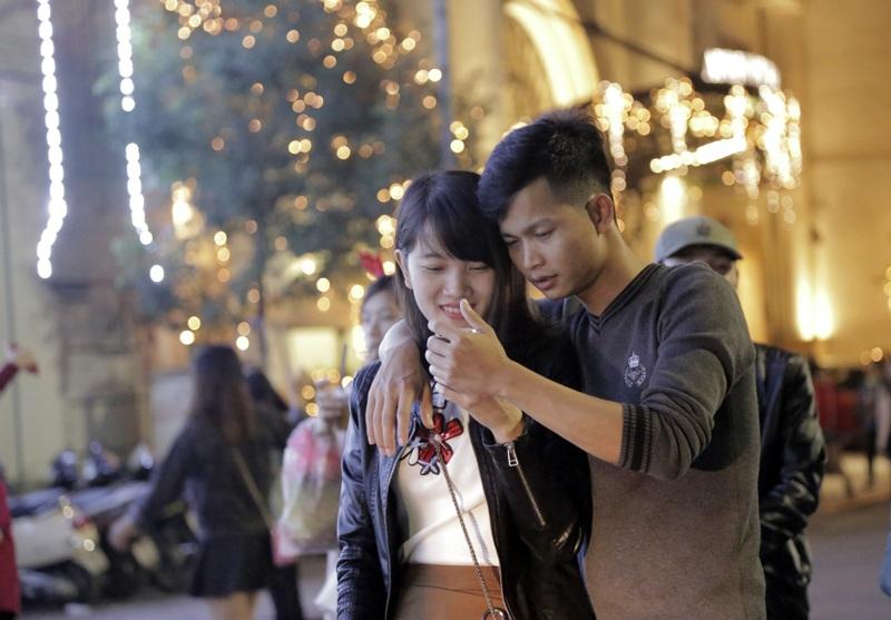 Cùng ngắm lại những khoảnh khắc yêu thương... là cách mà nhiều đôi bạn trẻ cùng tận hưởng không khí lễ hội Noel