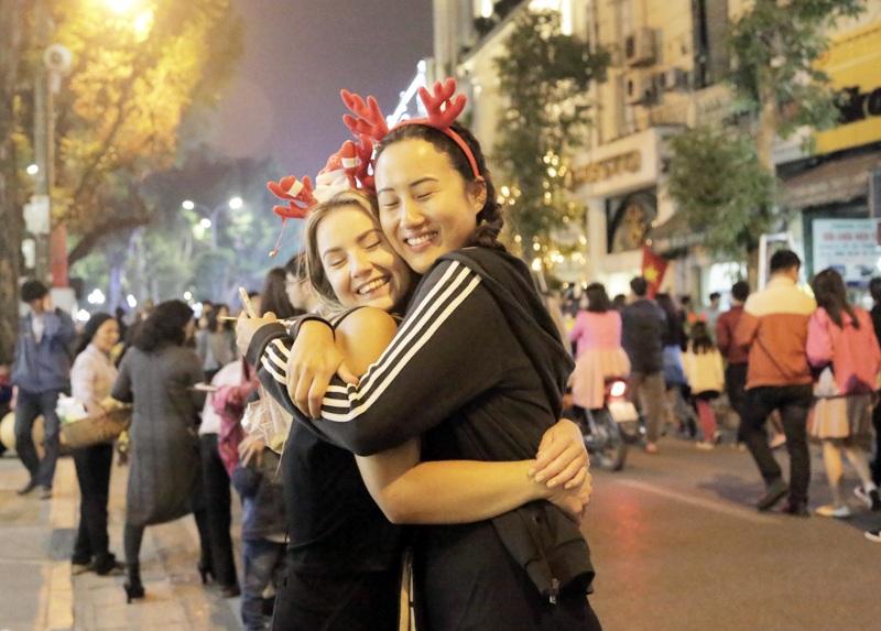 Hai cô gái người nước ngoài hào hứng khám phá không khí Giáng sinh tại Việt Nam
