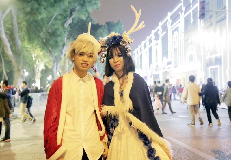 Cặp đôi đam mê Cosplay nổi bật trên phố bởi trang phục khác lạ, phụ kiện sừng tuần lộc ấn tượng