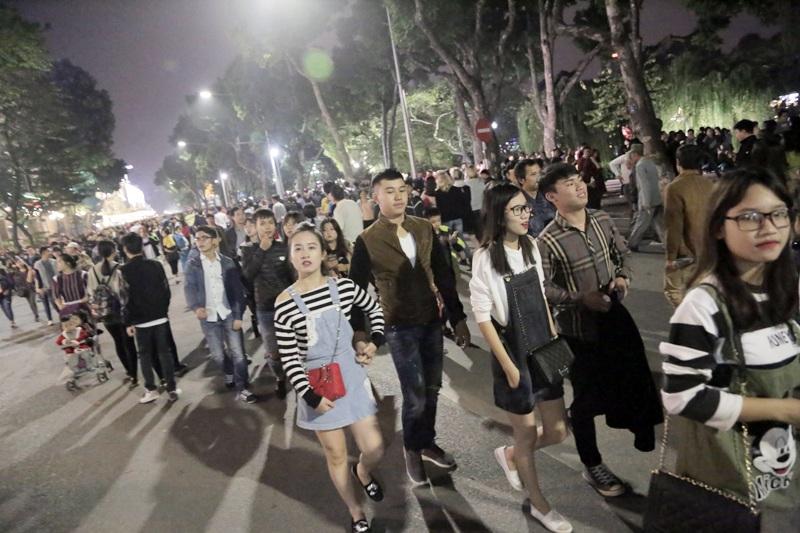 Thời tiết không quá lạnh nên các bạn trẻ Hà Nội thoải mái xuống phố trong đêm 24/12