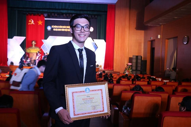 Không chỉ điển trai Hiểu Phong còn có thành tích học tập đáng nể