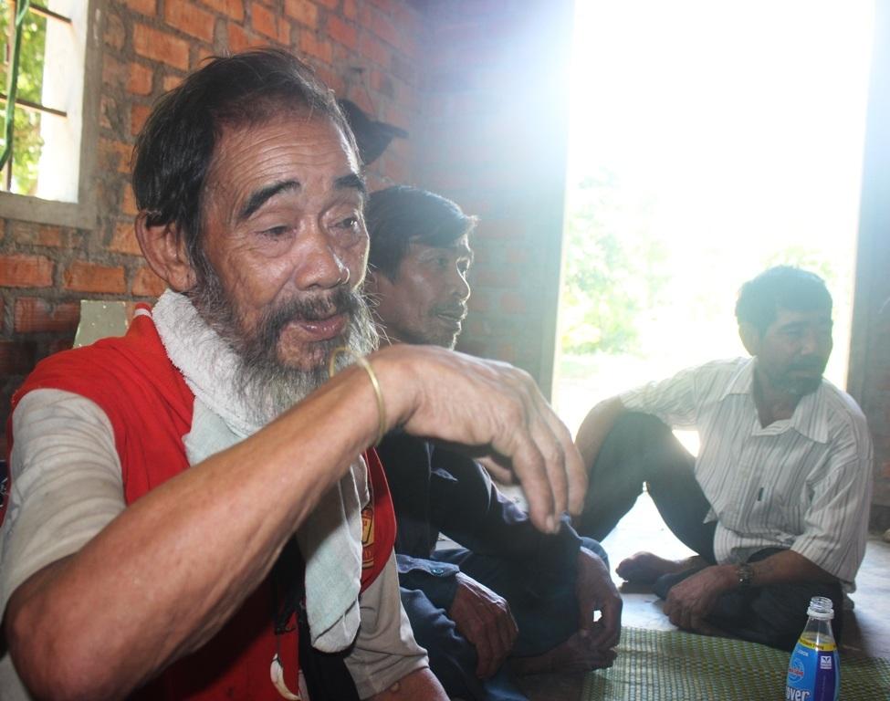 Già làng Phan Chí Thành (88 tuổi), một trong người tiên phong về lại làng cũ cùng hàng chục hộ dân an cư lập nghiệp trên mảnh đất chon rau cắt rốn.