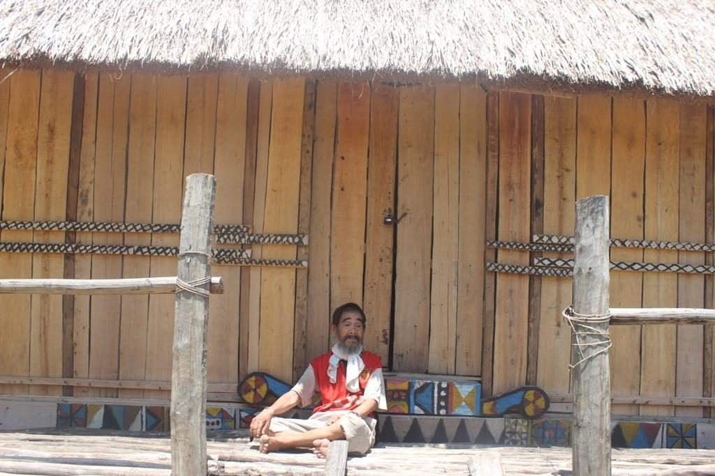 Dù về đồng bằng, đời sống thay đổi nhưng bộ phận người Bana ở làng Trà Hương vẫn giữ nét văn hóa xưa sinh hoạt ở nhà rông, chơi cồng chiêng