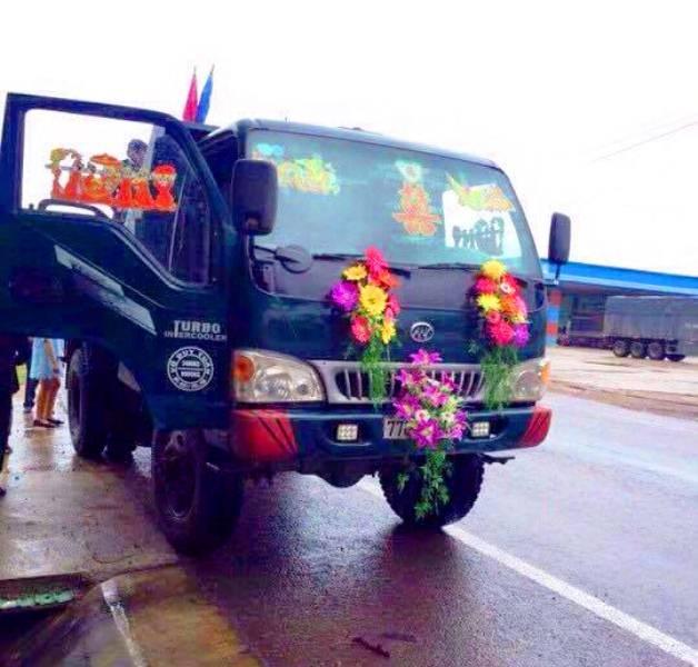Khác với đám cưới ngày thường bằng ô tô trang trí hoa hòe, đám cưới ngày lũ cũng hoa hòe nhưng trên chiếc xe ben