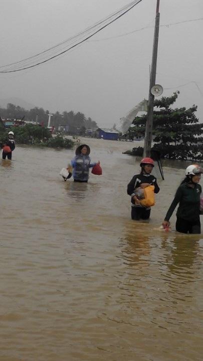 Nhiều cụm dân cư ở huyện Hoài Nhơn (Bình Định) vẫn ngập trong lũ (ảnh CTV: Bích Diễm)