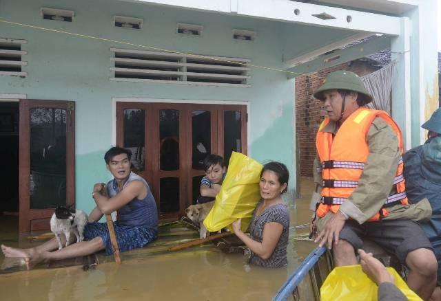 Chính quyền xã Ân Mỹ (huyện Hoài Ân, Bình Định) khẩn cấp phát mì, lương khô, nước uống cho các hộ dân còn ngập lụt