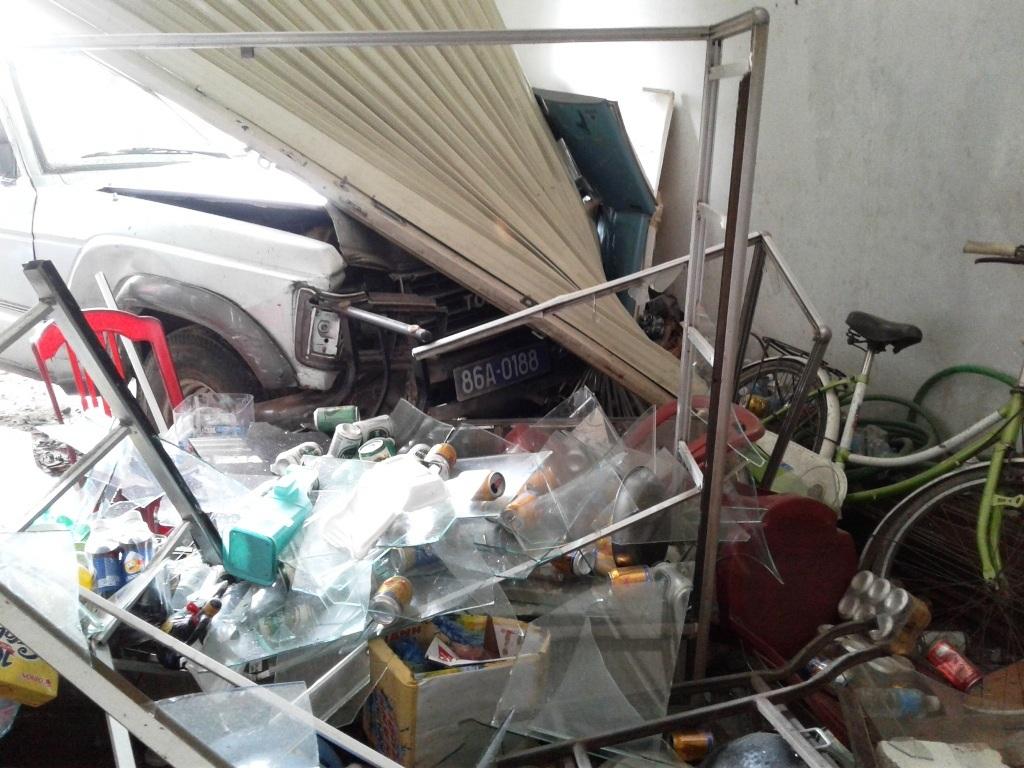 Nhiều vật dụng trong quán bị hư hỏng, bát đĩa bị vỡ