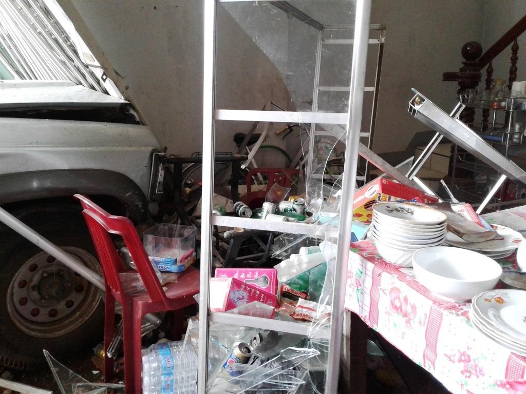 Thời điểm xe gây nạn, quán chưa mở cửa, không có khách nên may mắn không có thương vong về người
