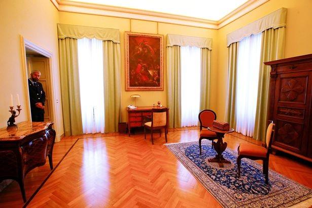 Phong cách châu Âu cổ trong phòng ngủ của giáo hoàng.