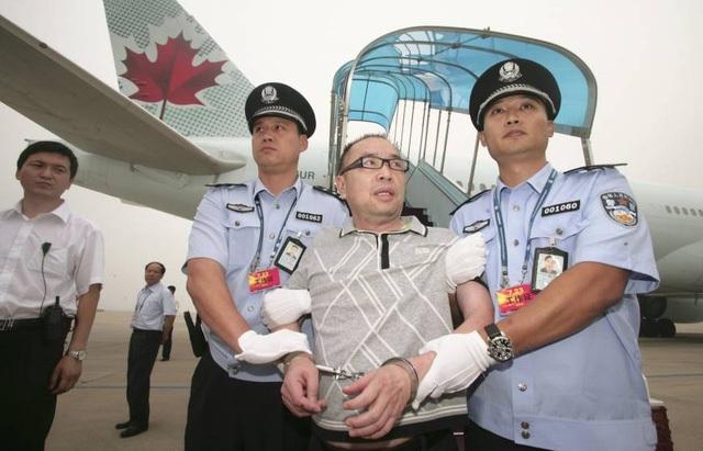 Một quan tham Trung Quốc bị dẫn giải từ Canada về nước tại sân bay quốc tế Bắc Kinh vào năm 2011 (Ảnh: Reuters)