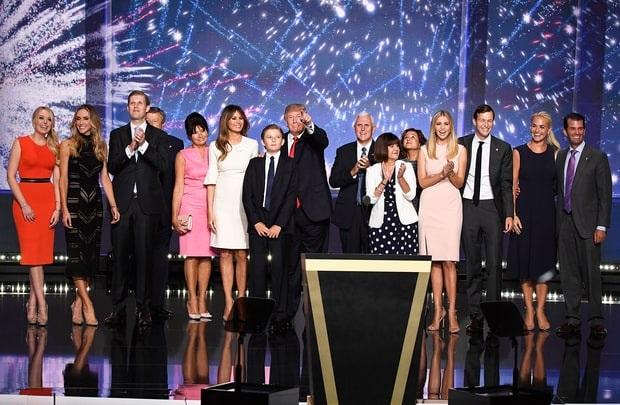 Cả gia đình ông Trump và các cộng sự thân tín cùng chúc mừng ứng viên tổng thống đảng Cộng hòa trên sân khấu của đại hội toàn quốc đảng Cộng hòa tại thành phố Cleveland (Ảnh: Reuters)