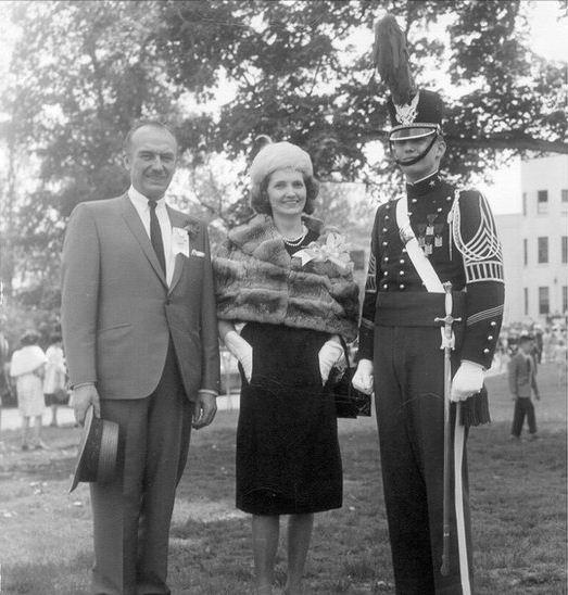 Thời niên thiếu, Donald Trump là một cậu bé hiếu động và bướng bỉnh, vì vậy cha mẹ ông đã gửi ông tới một trường quân sự nội trú để giúp con trai họ trưởng thành. Sau khi tốt nghiệp Học viện Quân sự New York, ông Trump theo học Đại học Fordham 2 năm, sau đó nhập học Trường Kinh tế Wharton, Đại học Pennsylvania. Ông tốt nghiệp Wharton vào năm 1968 với bằng cử nhân kinh tế. Trong ảnh: Donald Trump (ngoài cùng bên phải) chụp ảnh cùng cha mẹ tại lễ tốt nghiệp Học viện Quân sự New York (Ảnh: BBC)