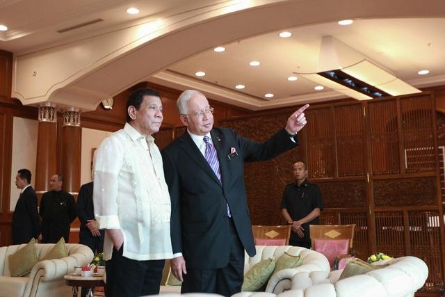 Tổng thống Rodrigo Duterte (áo trắng) và Thủ tướng Najib Razak (Ảnh: Rappler)