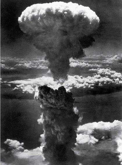 """""""Đám mây hình nấm trên bầu trời Nagasaki"""" là bức ảnh do Charles Levy chụp năm 1945, chụp lại khoảnh khắc máy bay Mỹ thả bom nguyên tử xuống thành phố Nagasaki của Nhật Bản. Bức ảnh đã gây sốc trên toàn thế giới về mức độ tàn phá khủng khiếp của bom nguyên tử."""