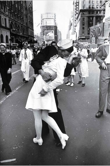 """Bức ảnh """"Nụ hôn ở Quảng trường Thời đại"""" của nhiếp ảnh gia tạp chí LIFE Alfred Eisenstaedt đã trở thành biểu tượng bất hủ về khoảnh khắc sum họp sau Chiến tranh Thế giới thứ 2. Tác giả đã chụp bức ảnh này vào ngày 14/8/1945 sau khi Phát xít Nhật đầu hàng và Thế chiến 2 chấm dứt."""