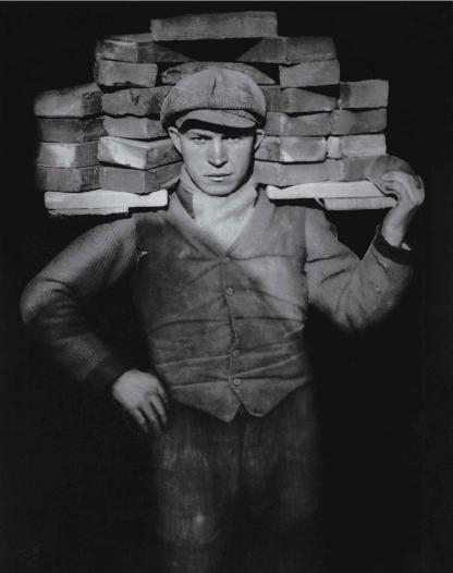 """Bức ảnh """"Người xếp gạch"""" của August Sander, chụp một người đàn ông làm nghề mang vác gạch ở Cologne, Đức vào năm 1928. Đây là phong cách chụp ảnh và cũng là mục tiêu chủ đạo trong nghệ thuật nhiếp ảnh của August Sander. Nhiếp ảnh gia Sander mong muốn chụp ảnh mọi tầng lớp trong xã hội, từ bác sĩ, nông dân, đầu bếp cho tới người ăn xin, vì đối với ông, mọi người đều có thể học hỏi được điều gì đó từ những cá thể trong xã hội này."""