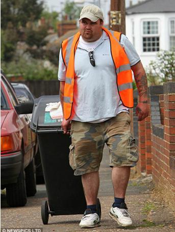 Anh Carroll trở lại làm công việc thu dọn rác sau 10 năm trúng xổ số (Ảnh: Complex)