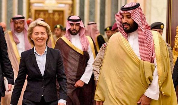 Bà Ursula von der Leyen mặc âu phục khi tới thăm Ả-rập Xê-út (Ảnh: Mirror)